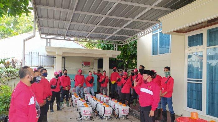 MTRH Lampung Semprot Cairan Disinfektan Rumah Warga di Kecamatan Telukbetung Timur