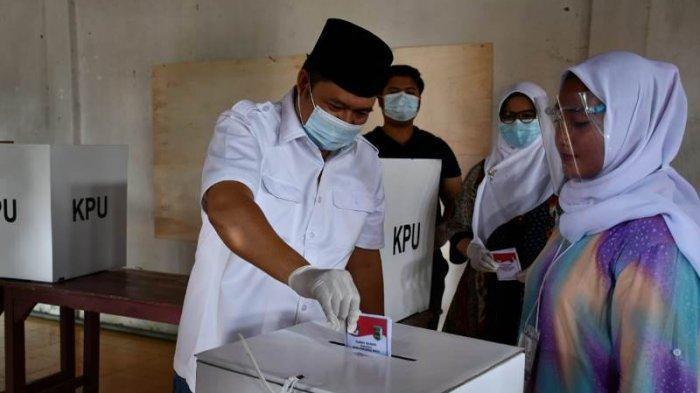 Salurkan Hak Suara di TPS 009 Desa Gedung Gumanti, Nasir Berharap Warga Pesawaran Tak Golput
