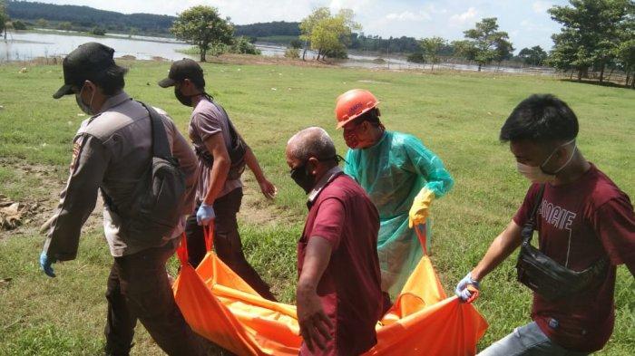 BREAKING NEWS Mayat Berkaus Hijau Ditemukan Tersangkut di Pohon di Pantai Queen Arta