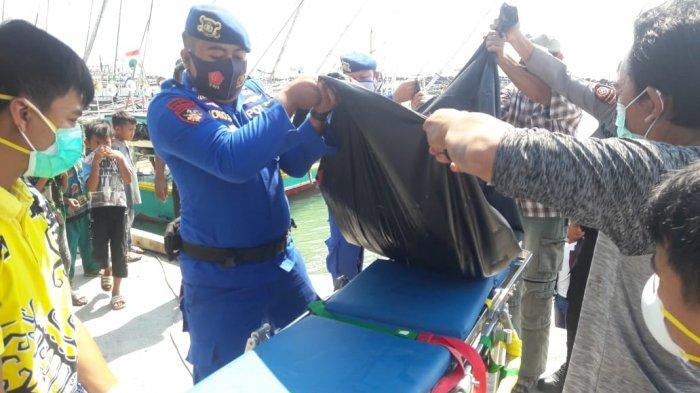 Petugas mengvakuasi mayat anonim yang ditemukan di sekitaran Pulau Sebuku. (Dok Satpolair Polres Lamsel)