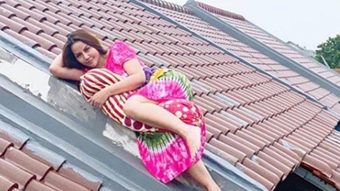 Cegah Penyebaran Corona dengan Tak Bepergian, Nita Thalia Unggah Foto Tiduran di Atas Genting Rumah