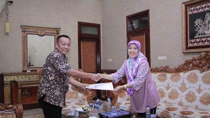 Jabat Wagub Lampung, Nunik Serahkan Salinan Keppres Pemberhentian Sebagai Bupati Lamtim