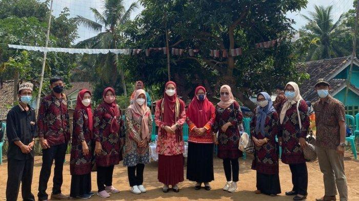 Nuri Maulida, istri Wakil Bupati Lampung Selatan Pandu Kesuma Dewangsa, mengunjungi Desa Palembapang, Kecamatan Kalianda, Jumat (3/9/2021).