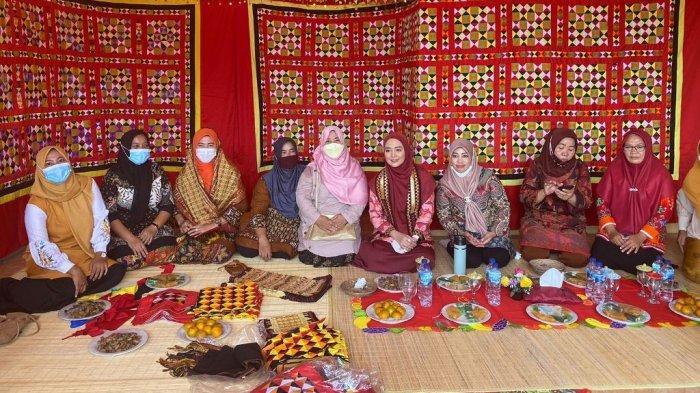 Nuri Maulida Kagumi Kerajinan Tapis di Kalianda Lampung Selatan