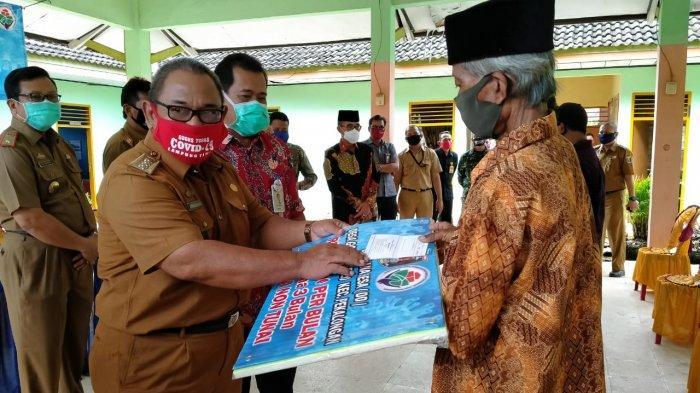 Zaiful Bokhari Hadiri Penyerahan Bantuan Langsung Tunai (BLT) di Kecamatan Pekalongan