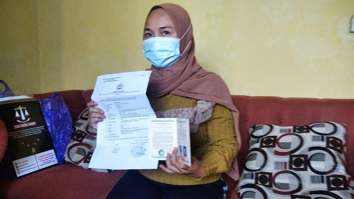 Kw menunjukkan buku nikah dan laporan polisi di Mapolresta Bandar Lampung, Minggu (6/6/2021).
