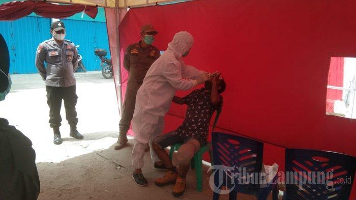 Pakai APD Lengkap, Petugas Medis Siaga 24 Jam di Posko Check Poin Tulangbawang