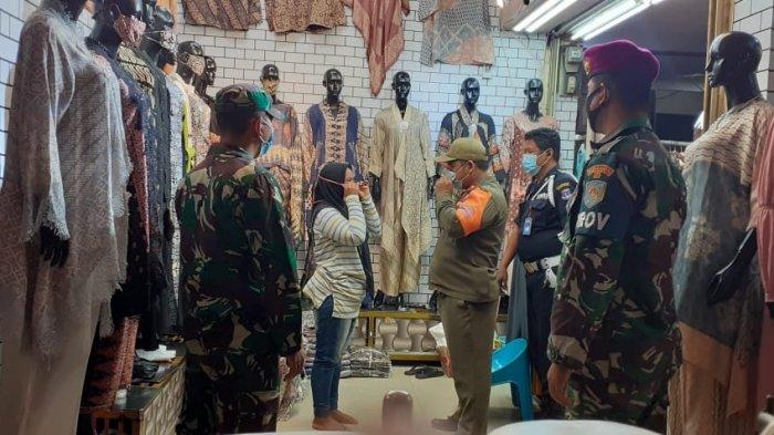 Babinsa Koramil 410-05/TKP Sertu Adam Rutin Edukasi Prokes dan 3M Pengunjung di Pasar Bambu Kuning