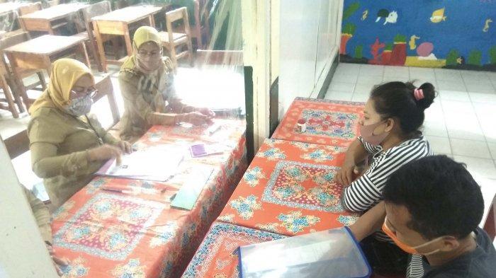 Panitia PPDB SMP Negeri 25 Bandar Lampung melakukan verifikasi berkas para calon siswa.