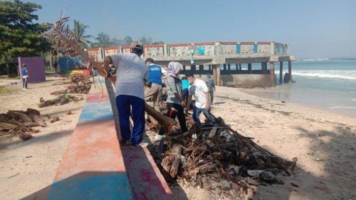 Wakil Bupati Pesisir Barat Lampung Pimpin Kegiatan Bersih Pantai Labuhan Jukung Krui
