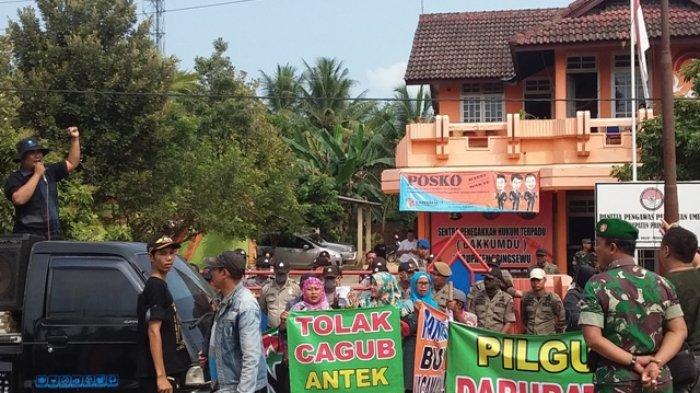 Massa Datangi Panwaslu Pringsewu, Jalan Provinsi Macet