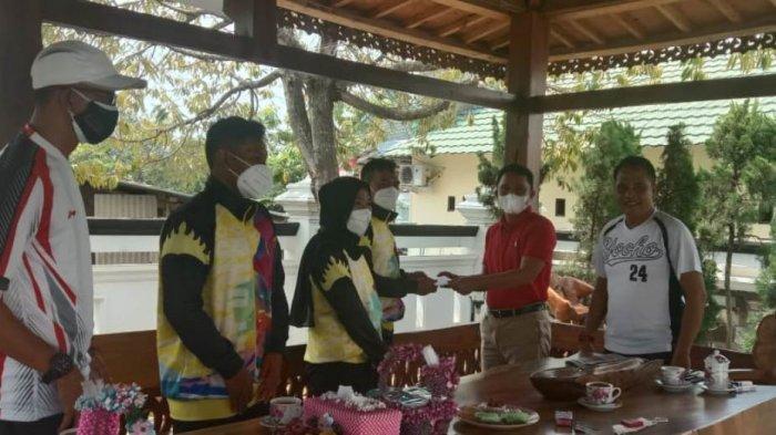Bupati Lampung Barat Parosil Mabsus Berikan Bantuan Uang Saku untuk Atlit yang Berlaga di PON XX