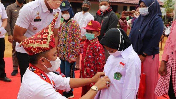 Bupati Lampung Barat Serahkan Bantuan Seragam Sekolah Gratis dan Insentif Guru Ngaji hingga Marbot