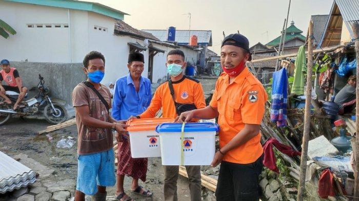 BPBD Lampung Timur menyerahkan bantuan untuk korban angin puting beliung di Dusun VI Muara Belukang, Desa Labuhan Ratu, Kecamatan Pasir Sakti, Lampung Timur, Sabtu (12/6/2021).