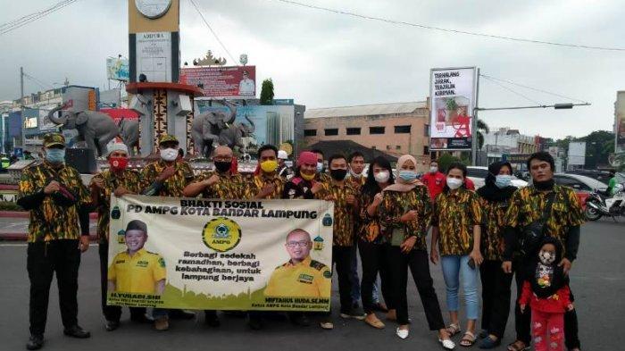 PD AMPG Kota Bandar Lampung Bagikan Ratusan Kotak Takjil di Tugu Adipura