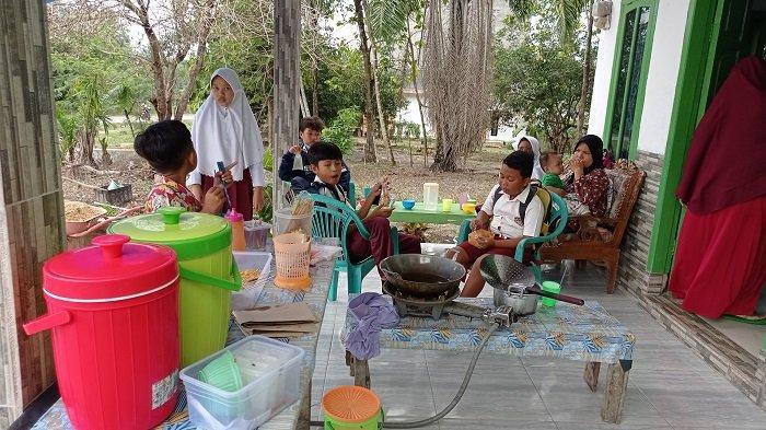 Pedagang Jajanan SD Kembali Berseri Usai PTM di Mesuji Lampung, 'Baru Buka udah Rame'