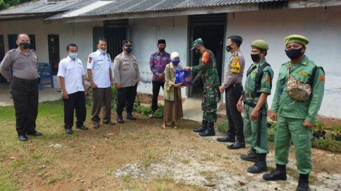 Peduli Warga Terdampak Covid-19, TNI-Polri Kembali Berikan Bansosdi Lampung Timur