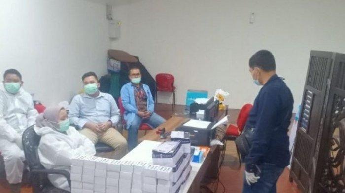 Layanan rapid test di Bandara Internasional Kualanamu di Deli Serdang, Sumatera Utara, digerebek polisi pada Selasa (27/4/2021). Penggerebekan terkait adanya dugaan pemalsuan proses rapid test antigen.
