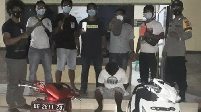 Polsek Limau, Polres Tanggamus menangkap seorang pelaku pencurian motor dan ponsel pada Rabu 28 April 2021 sekira pukul 15.30 WIB saat berada di rumahnya.