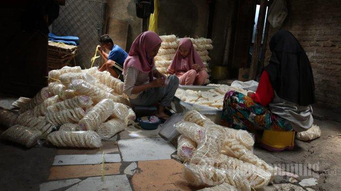 Pelaku UMKM Kerupuk Kemplang di Bandar Lampung Alami Penurunan Omzet hingga 50 Persen
