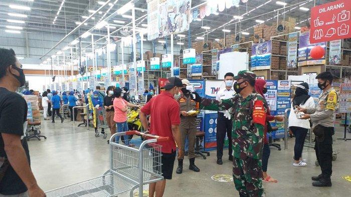 Babinsa Koramil 410-06/Kedaton Pelda Romulo Pantau Prokes dan3M di Indogrosir