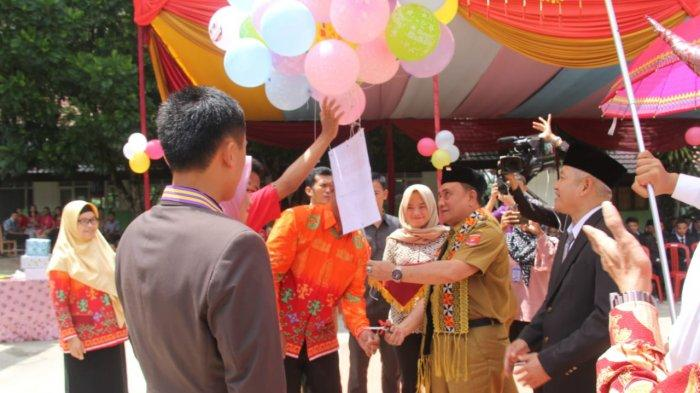 Wakil Bupati H. Mad Hasnurin Hadiri  Pelepasan Siswa-Siswi Kelas XII SMA Negeri 1 Belalau