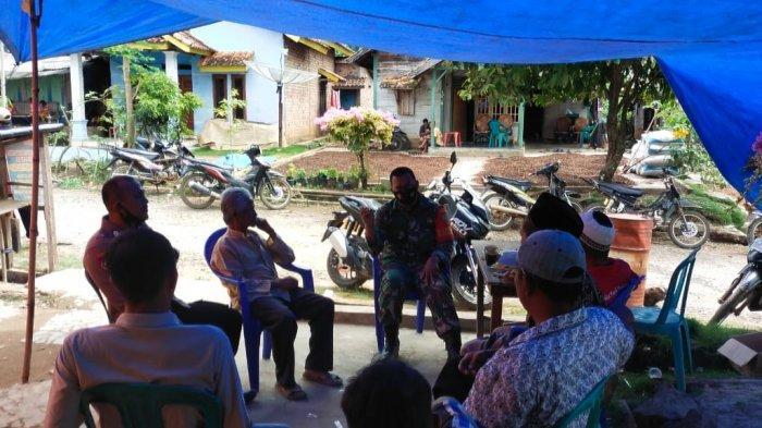 Pemantauan, Babinsa Banjit Way Kanan Sosialisasi Warga Keluar Rumah untuk Tetap Bermasker