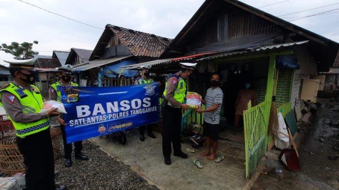 Satlantas Polres Tanggamus Lampung Berikan Bantuan Sosial di Kota Agung