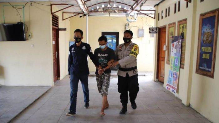 HY (tengah), seorang pembimbing agama di Kecamatan Pringsewu, Kabupaten Pringsewu, diamankan petugas Polsek Pringsewu Kota karena mencabuli anak didiknya.