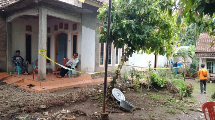 Rumah korban di Pekon Kerta, Kecamatan Kota Agung Timur, Tanggamus diberi garis polisi untuk kepentingan penyelidikan, Selasa (19/1/2021).