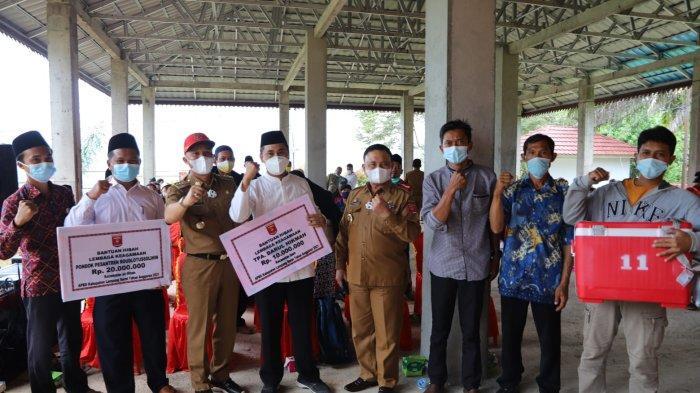 Pemkab Lampung Barat Serahkan Bantuan kepada Lembaga Keagamaan dan Masyarakat