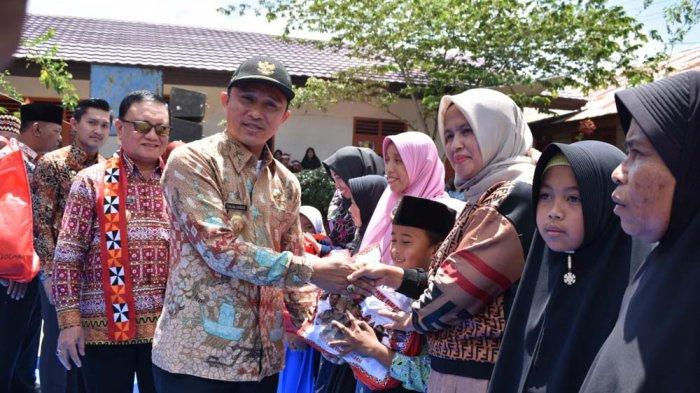Pemkab Lampung Barat Serahkan Seragam Gratis Bagi Siswa SD dan SMP