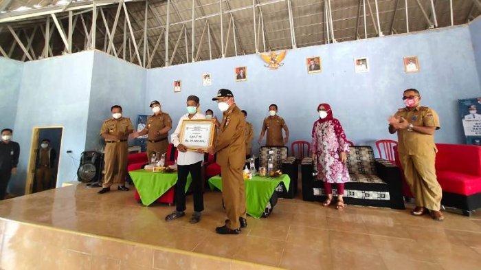 Pemkab Mesuji Serahkan 32 Unit Bantuan Perumahan Layak Huni