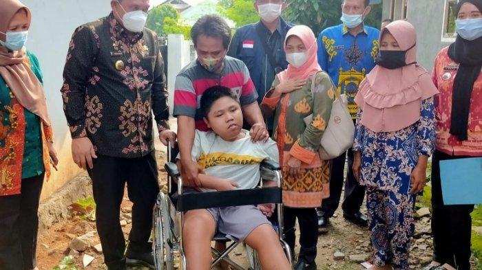 Pemprov Lampung Berikan Bantuan Kursi Roda untuk Wahyu, Penderita Lumpuh di Pesawaran