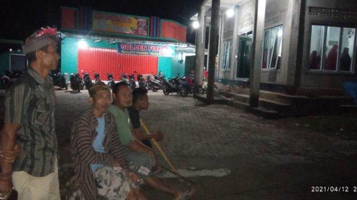 Pemuda Hindu di Pringsewu Jaga Masjid saat Umat Muslim Laksanakan Salat Tarawih