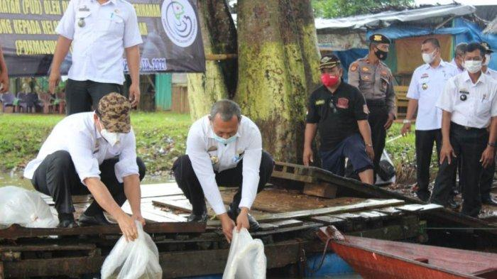 Dinas KP3 Metro Sebar 100 Ribu Benih Ikan Air Tawar di Way Raman
