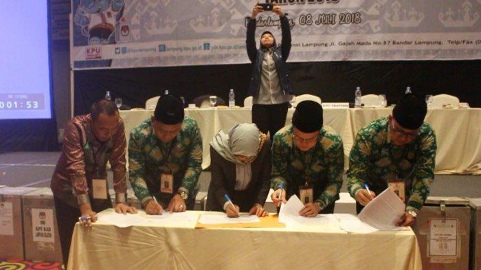 BERITA FOTO - Penandatanganan Rekapitulasi Suara Pilgub Lampung 2018