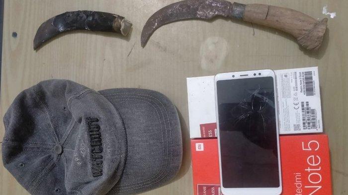 Barang bukti berupa pisau badik untuk mencongkel pintu yang ditemukan korban seusai rumahnya kebobolan. Penangkapan terhadap pelaku pencurian motor di Tanggamus terungkap setelah polisi menemukan badik yang digunakan pelaku.