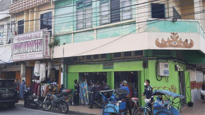 Pencuri Bikin Gorong-gorong di Lantai Toko Batik, yang Diambil Perekam CCTV
