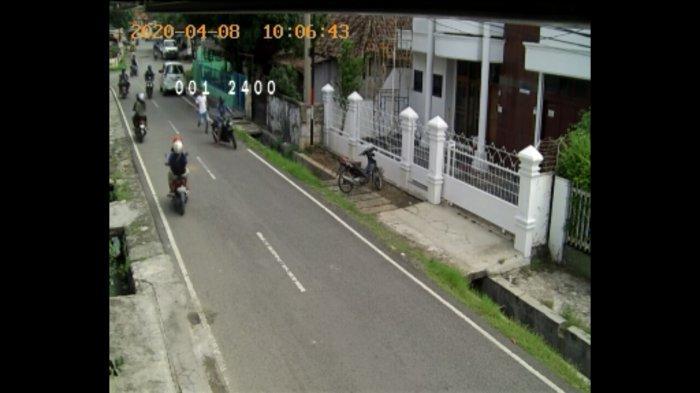 Terekam CCTV, Pencuri Pecah Kaca Mobil di Bandar Lampung Gasak Uang Rp 70 Juta