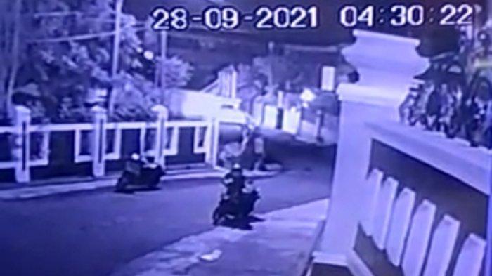 Diduga Pakai Kunci T, Hitungan Detik Dua Bandit Gasak Motor Karyawati di Bandar Lampung