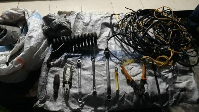 Barang bukti yang diamankan dari pencuri kabel PT Cahaya Batu Limau (CBL).