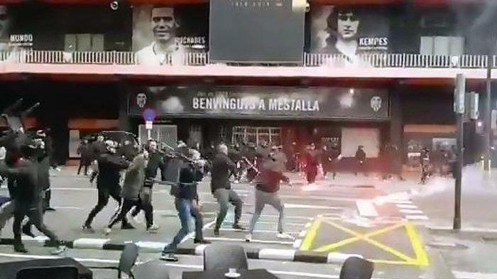 Buntut Kekalahan Barcelona dari Valencia, Suporter Rusuh Saling Lempar