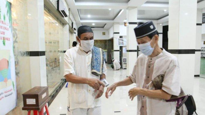 Penerapan protokol kesehatan dalam salat tarawih berjamaah di Masjid Ad-Dua, Way Halim, Bandar Lampung, Jumat (16/4/2021) malam.