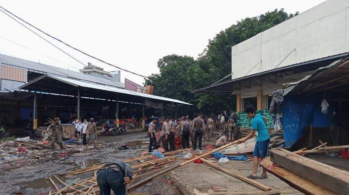 Pemkot Metro membongkar lapak PKL di Terminal Kota, Rabu (14/7/2021).