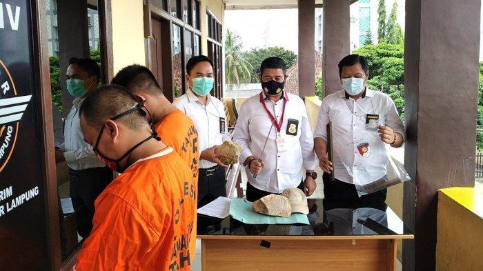 Dua tersangka penganiayaan dihadirkan dalam ekspose di Mapolresta Bandar Lampung, Senin (4/1/2021).