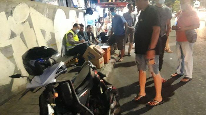 Pengemudi Mobil Grand Livina diduga kabur setelah peristiwa kecelakaan lalu lintas terjadi di depan gerai KFC Kedaton Bandar Lampung, Minggu (6/6/2021).