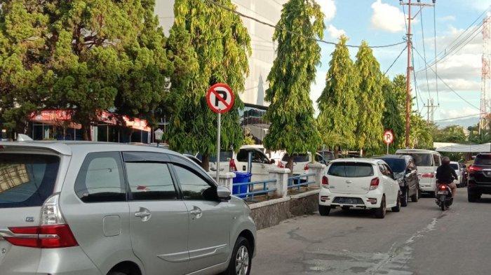 Pengguna Jalan di Pringsewu Kesal Mengantre Akibat Badan Jalan Dipakai Parkir
