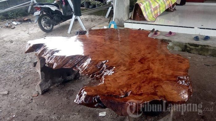 Pengrajin Meja dari Kayu Selasih di Lampung Barat Harap Bantuan Alat dari Pemerintah