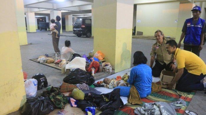 Takut Pulang, Para Pengungsi Tidur Beralaskan Tikar di Parkiran Kantor Gubernur Lampung